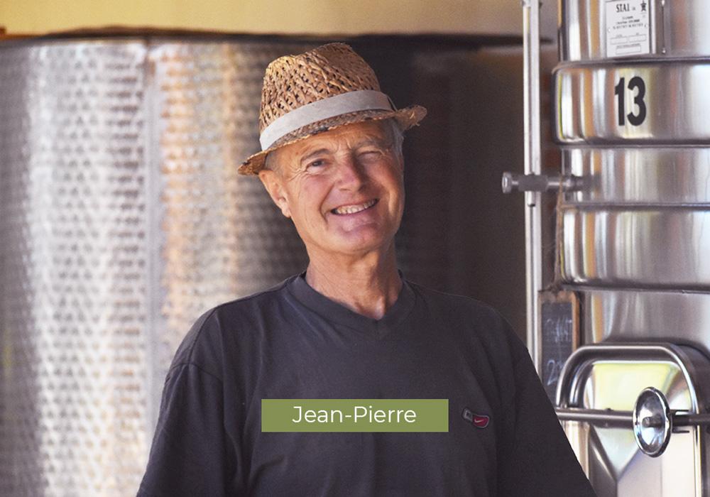 Jean-Pierre, employé au Domaine de Lastronques, vignoble ariégeois.